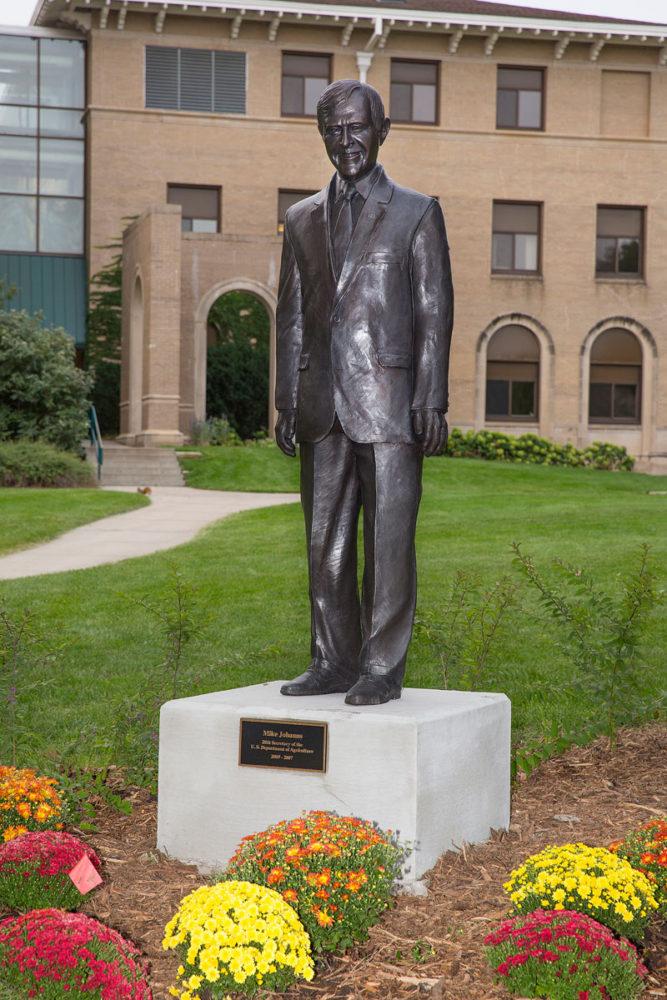 bronze sculpture mike johanns
